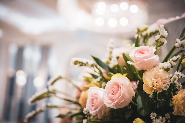 꽃병에 흐린 된 핑크 장미 꽃다발