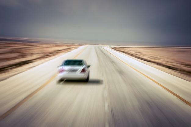 交通効果のあるぼやけた道路や車。左ハンドルの道路。
