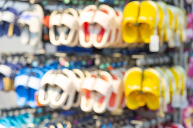 店の棚にぼやけた靴。多重背景。