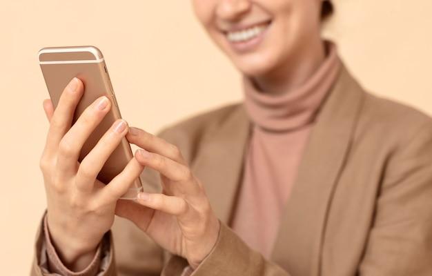휴대 전화를 사용 하여 흐리게 웃는 여자