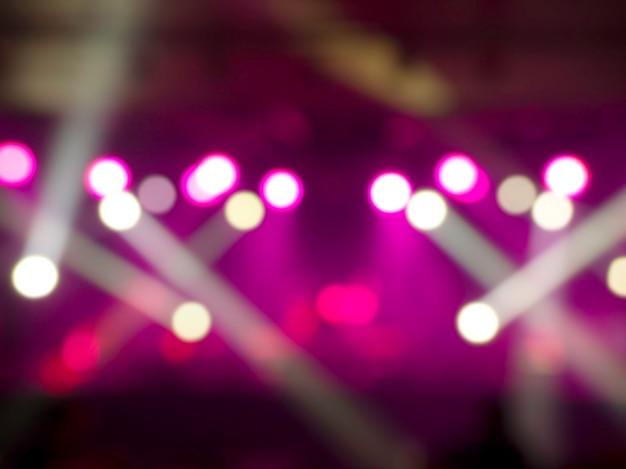 Размытый сценический световой концертный фон с красочным лучом и лазерными лучами на сцене