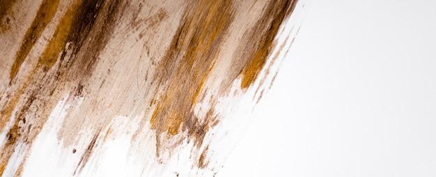 Размытые мазки краски с золотом. стильный нейтральный нюд женственный фон. copyspace горизонтальный макет цыпленка.