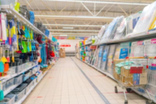 Размытый фон супермаркета. продажа хозтоваров в супермаркете.