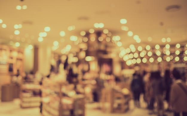 ボケ味のあるショッピングモールでかすみの観光客 - レトロな色