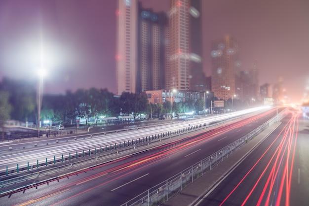 Размытые трассы светофора на дороге