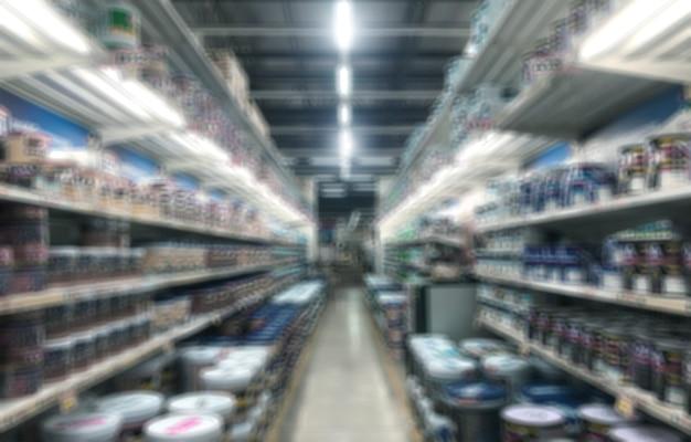Размытые складские проходы строительных материалов в промышленном магазине для покупателя