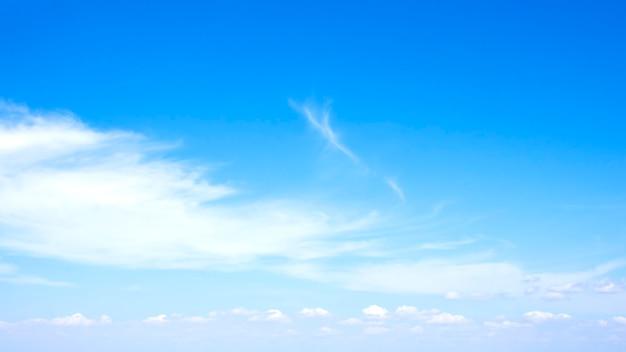 バナー、ポスター、壁紙として使用するために青い空に浮かぶぼやけた白い雲。