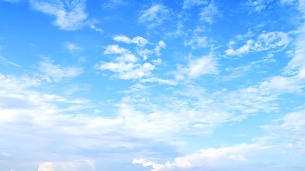 空の背景にぼやけた白い雲。
