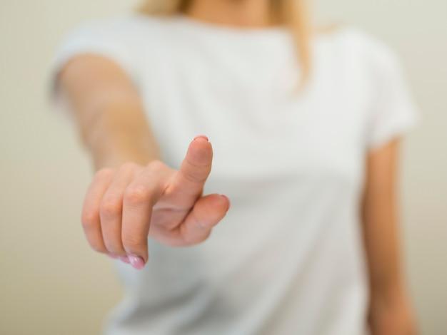 Затуманенное женщина показывает жест рукой