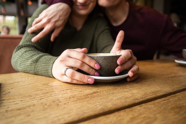 Затуманенное молодая пара в кафе