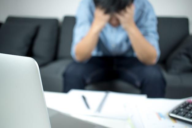 Размывание людей, сидящих на диване, которые испытывают стресс со своей работой.