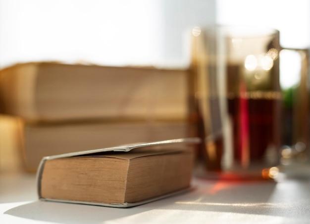 Disposizione sfocata con libri e tazza