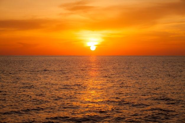 ぼやけた背景海の上の美しい夕日