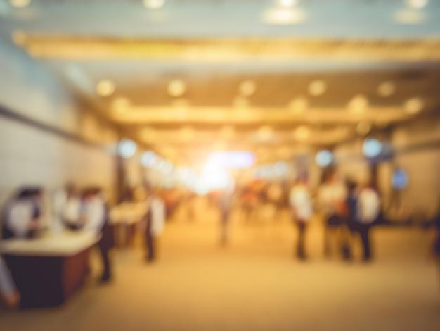 컨벤션 홀에서 군중 사람들과 전시회 엑스포의 흐린 배경