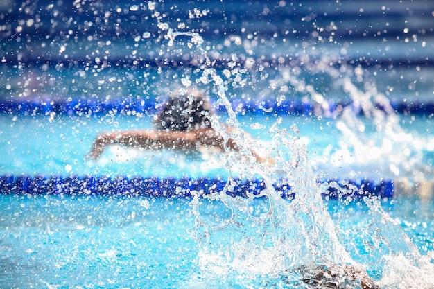 Размытый фон с каплями воды на плавание.