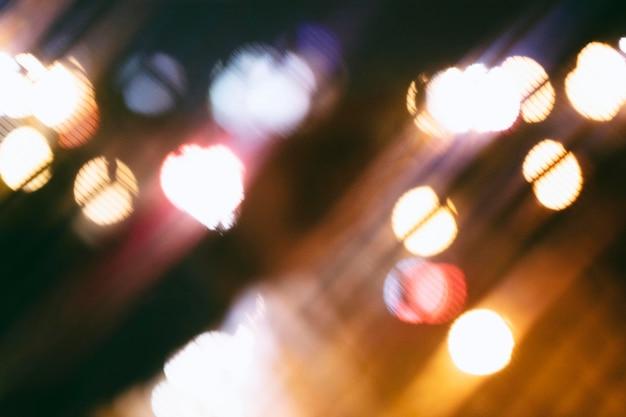 夜のぼやけた街の明かり