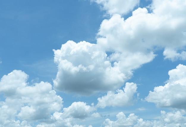 Размытые близкие взгляды голубое небо с облаком в концепции природы во второй половине дня.