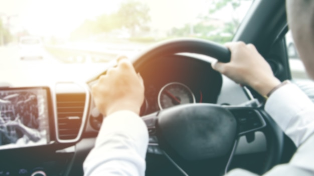 Расплывчатые руки положили часы, держа руль с красной консолью. концепция вождения автомобиля. концепция безопасного вождения.