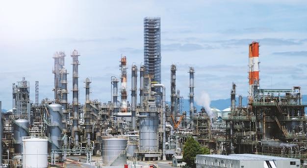 에너지 및 화학 생산을 위해 일본 오사카 지역 간사이 지역의 석유 공장 오일 탱크의 흐릿한 이미지.