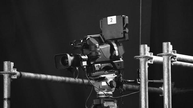 Размытые изображения вещательной камеры на штативе крана для удобной съемки или записи и широкого обзора.