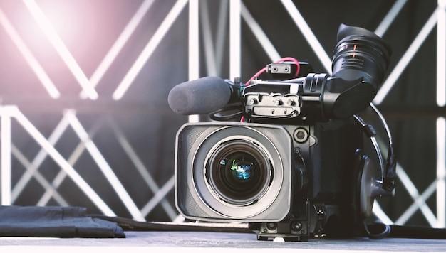 Размытые изображения вещательной камеры на штативе крана для удобной съемки или записи