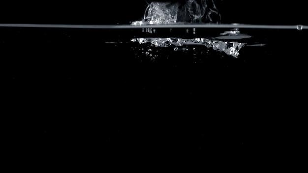 水面の上部に飛び散って浮かんでいるソーダの水泡のぼやけた画像