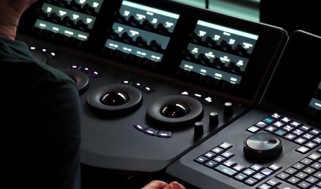 영화 필름을 비디오로 전송하고 편집하는 텔레시네 컨트롤러 기계의 흐릿한 이미지