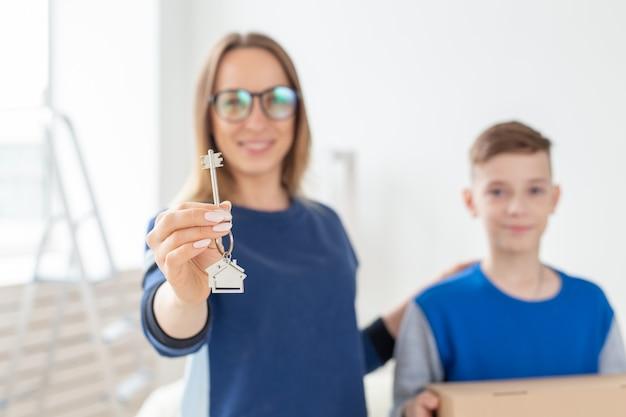 ぼやけたママと息子は新しいアパートの鍵を握っています