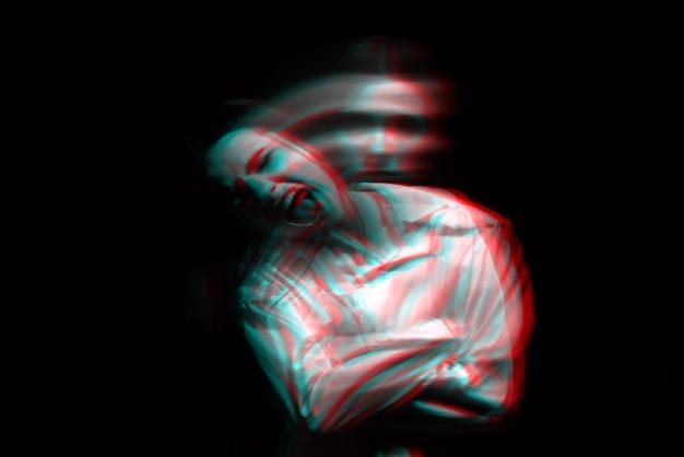 Расплывчатый портрет психопатической девушки с психическими параноидальными расстройствами. черно-белый с эффектом виртуальной реальности 3d глюк