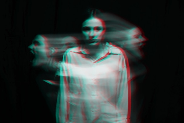 Размытый портрет психопатической девушки с психическими параноидальными расстройствами. черно-белый с эффектом виртуальной реальности 3d глюк