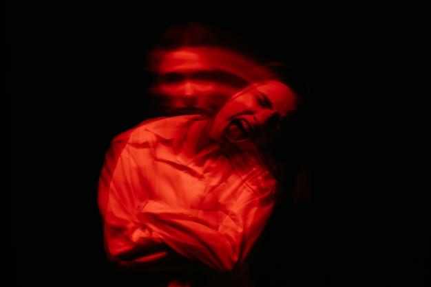 Расплывчатый портрет психопатической девушки с психическими параноидальными расстройствами