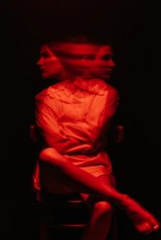 Размытый портрет психопатической девушки с шизофреническими психическими расстройствами на темном фоне