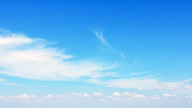青い空に浮かぶぼやけた白い雲