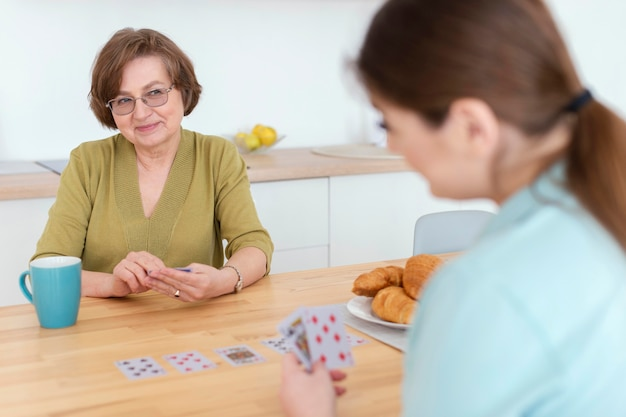 모호한 여성 카드 놀이를 닫습니다.