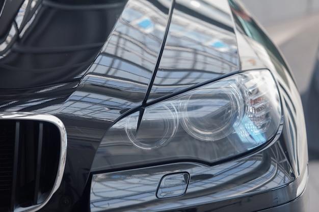Детали крупным планом: фары. икона автомобильной компании bmw