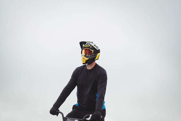 Bmxバイクに座っているサイクリスト