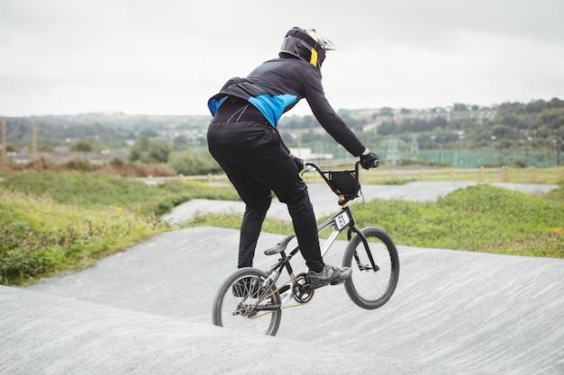 Bmx自転車に乗るサイクリスト