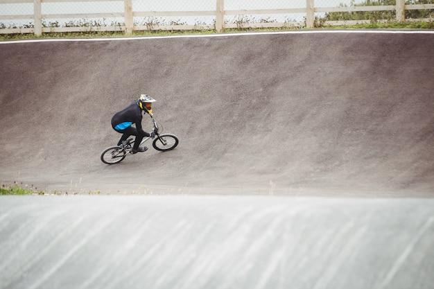 Велосипедист езда на велосипеде bmx