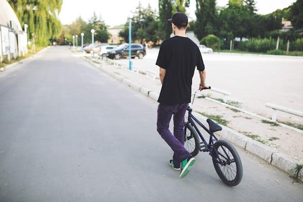 Молодой велосипедист bmx