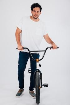 Bmxバイクを持つ男