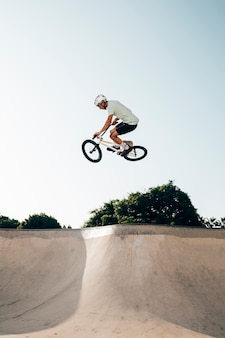 若い男がランプにbmx自転車に乗る