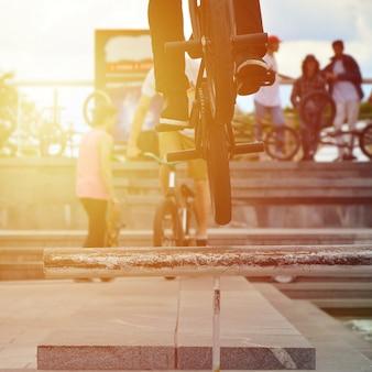 サイクリストがbmxバイクのパイプを飛び越える