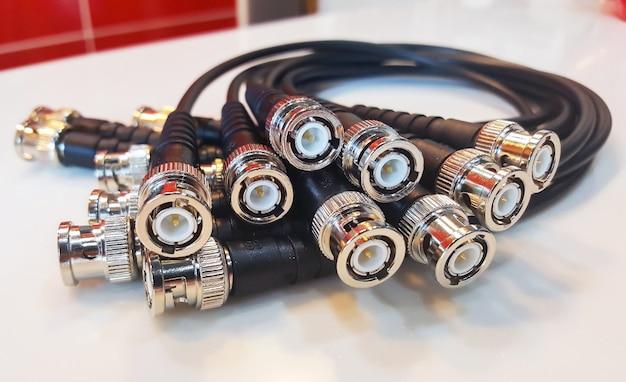 白い背景のオーディオおよびビデオ信号用のbncコネクタ。