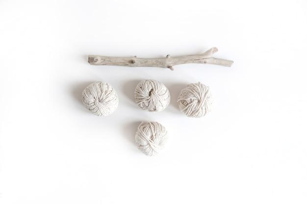 机の上に綿の糸で自由bo放に生きる白いモックアップ。トップビューフラットレイアウト。テキスト用のスペース