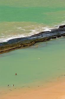 Пляж боа виажем ресифи пернамбуку бразилия песок с рифами на заднем плане
