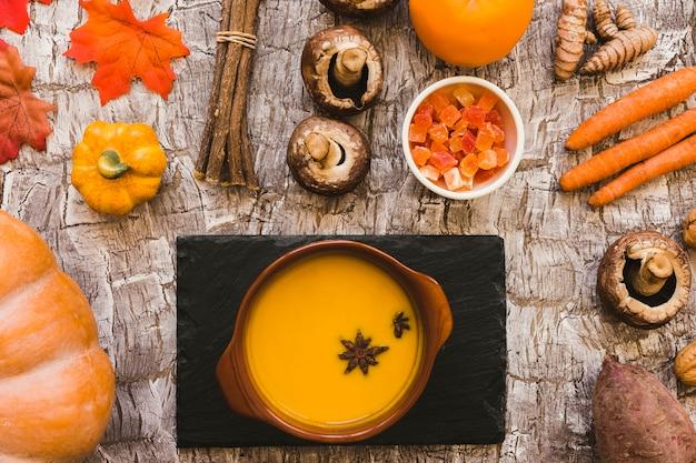 野菜の中のボードとスープ