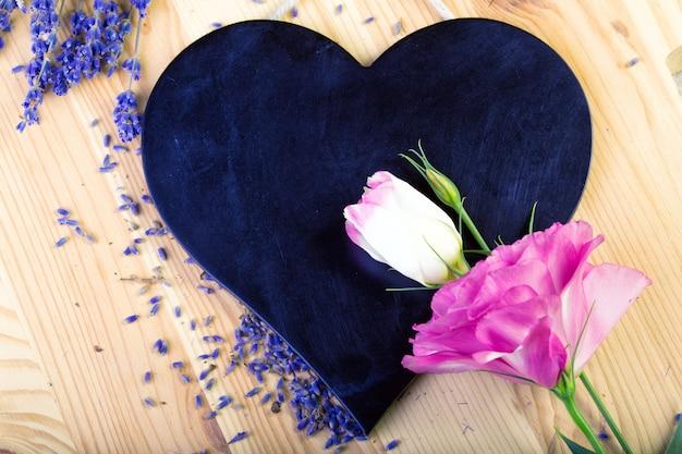 Доска в форме сердца для пластинок с цветами