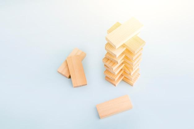 보드 게임 나무 블록의 탑. 비즈니스 개념입니다. 전략, 집중력, 민첩성, 논리 및 조정 활동. 팀워크 밸런싱. 텍스트를 위한 공간을 복사합니다.