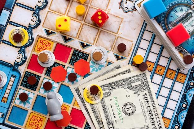 Настольные игры, монеты, купюры, кости и карты
