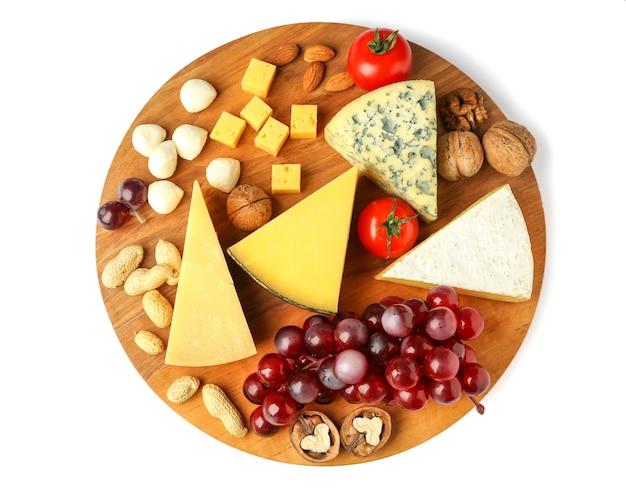 흰색 공간에 맛있는 치즈, 토마토, 견과류의 구색 보드